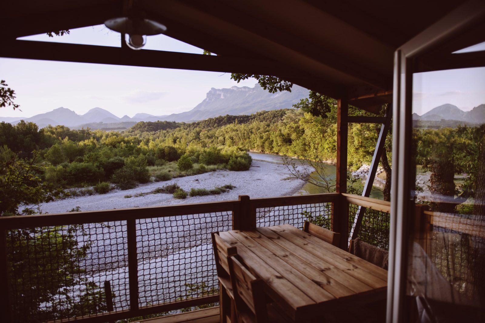 Les Chamberts-camping en bord de drôme- vue panoramique de la lodge vip