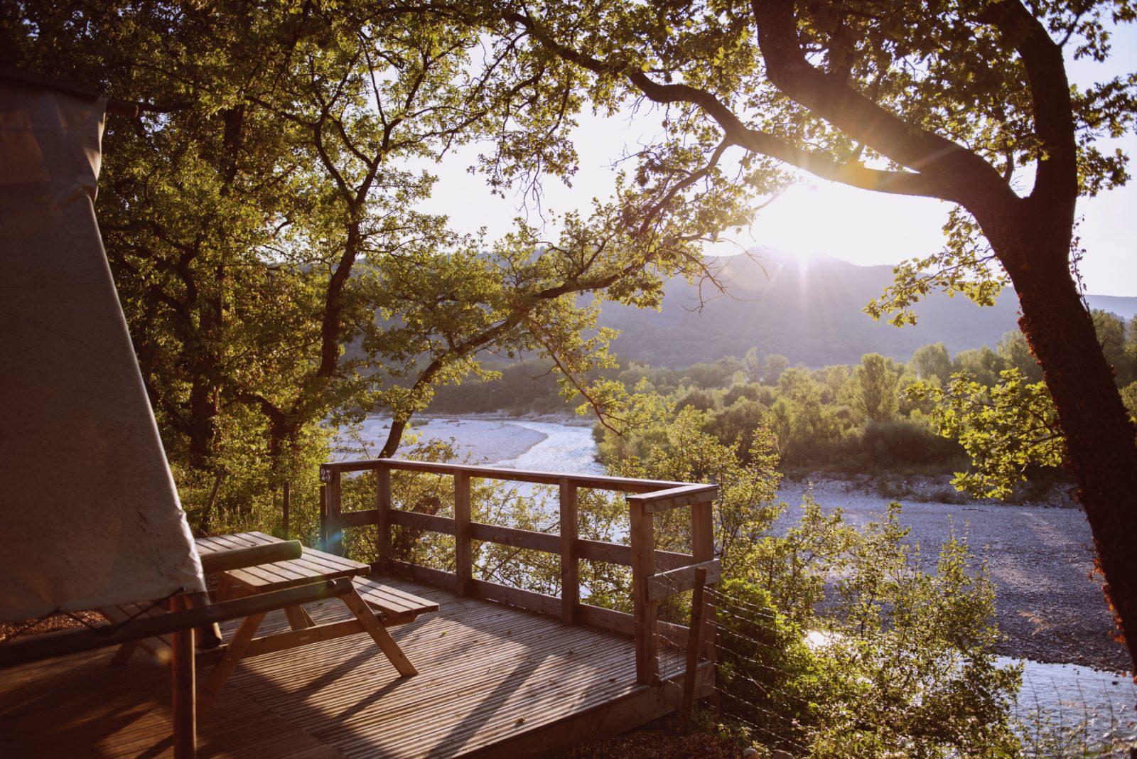 Les Chamberts*camping-Vue de la cabane trappeur sur la rivière drôme