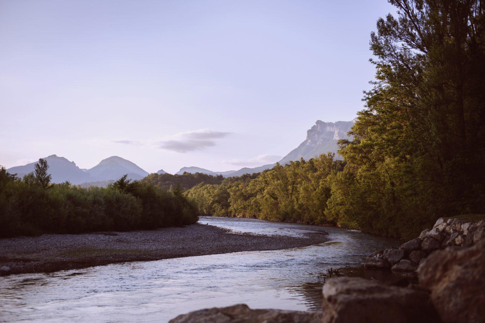 Les Chamberts-Camping et Lodges et sa rivière drôme