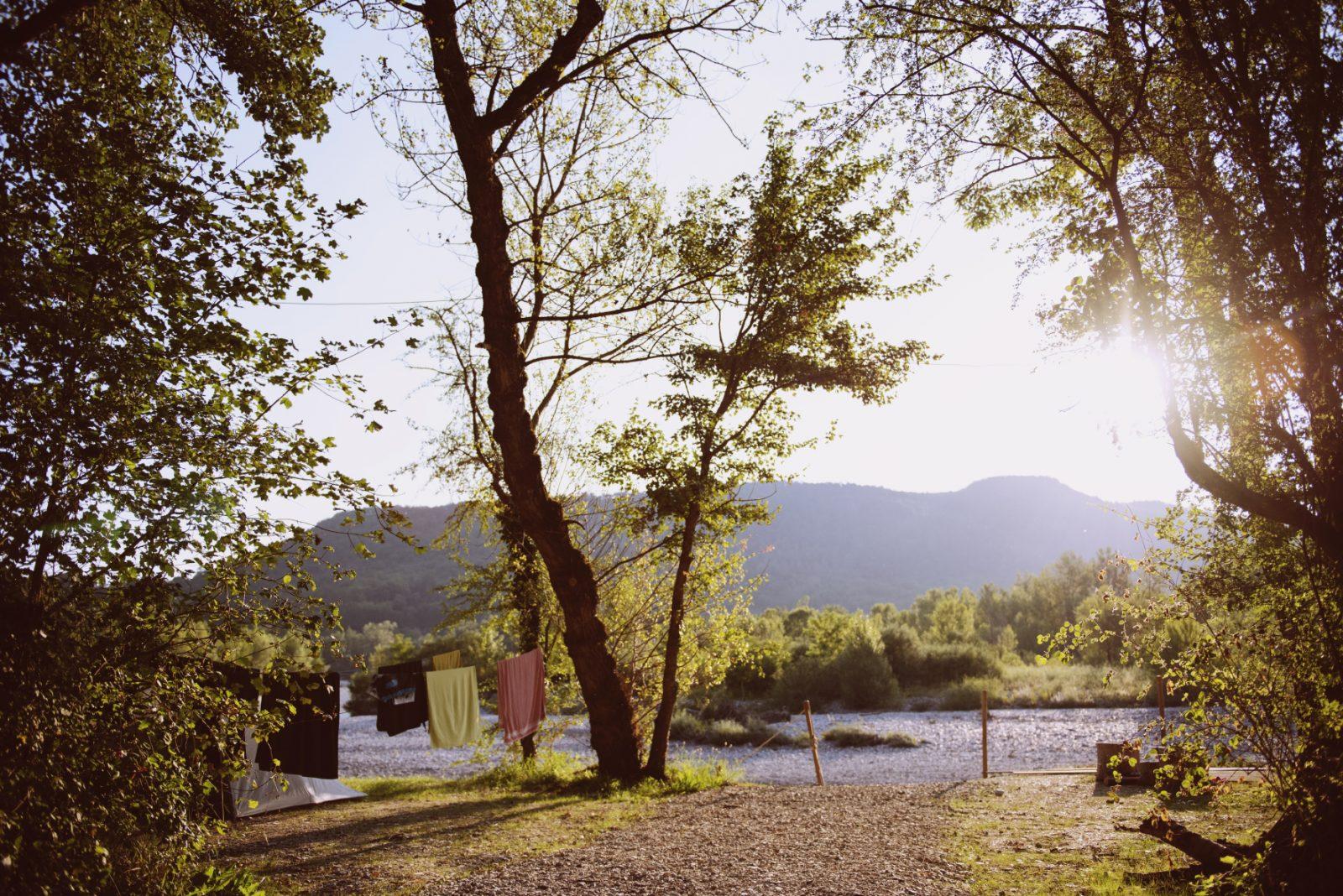 Les Chamberts camping et lodges en bord de rivière drôme-Emplacements pour camper