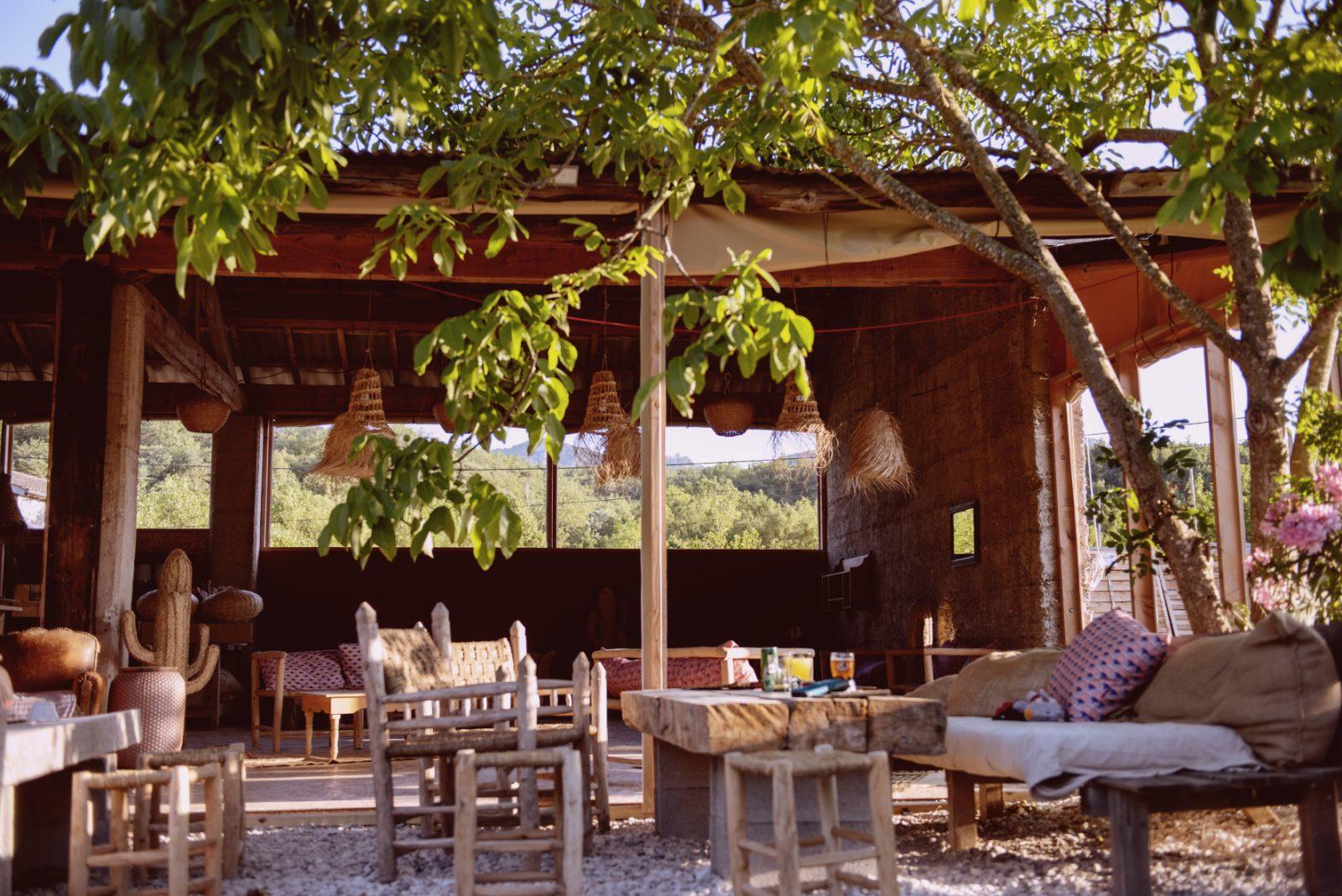 Les Chamberts Camping et Lodges -Drôme- Le bar restaurant bohème chic