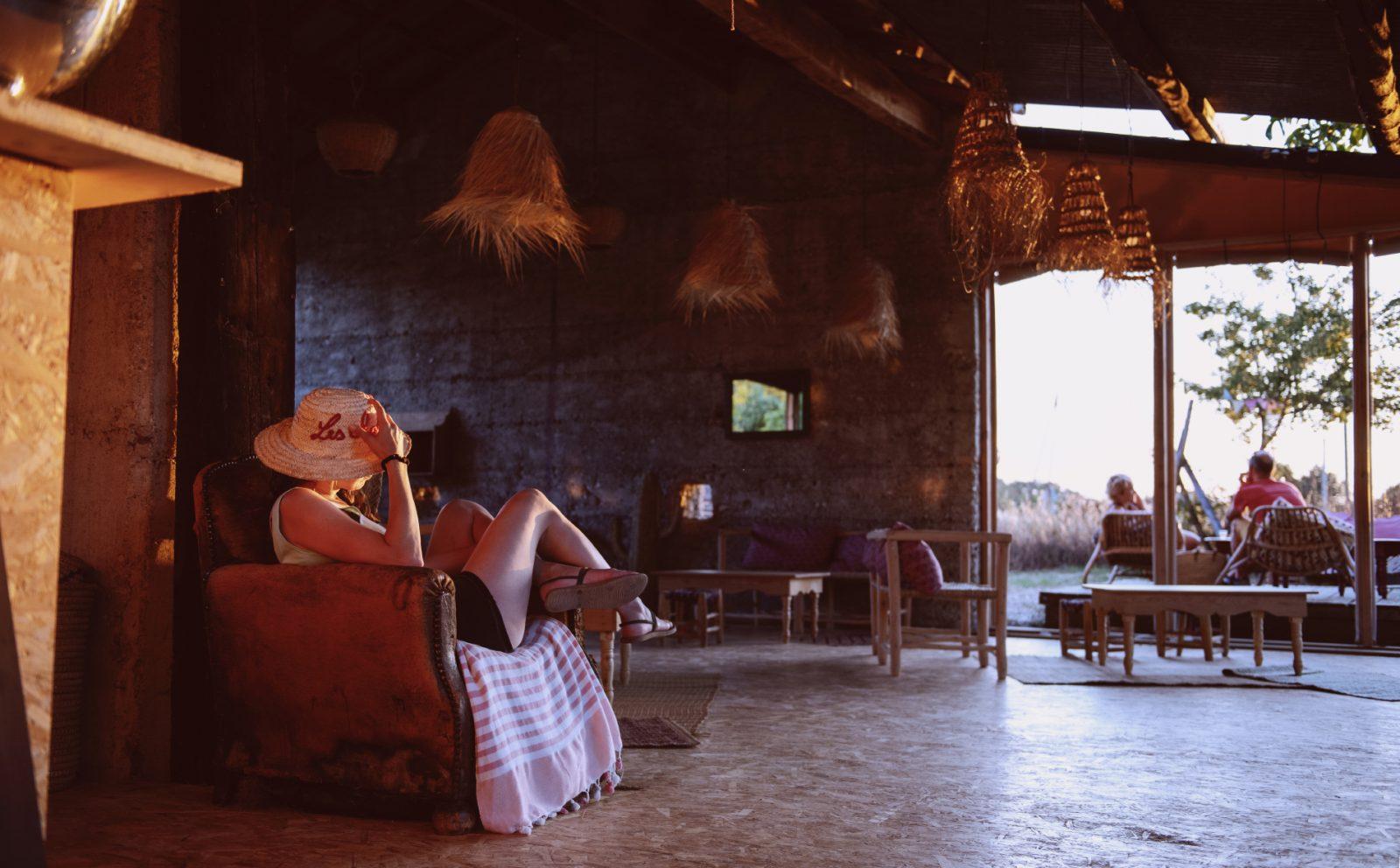 Les Chamberts- Camping et Lodges – Décoration bohème chic du bar restaurant