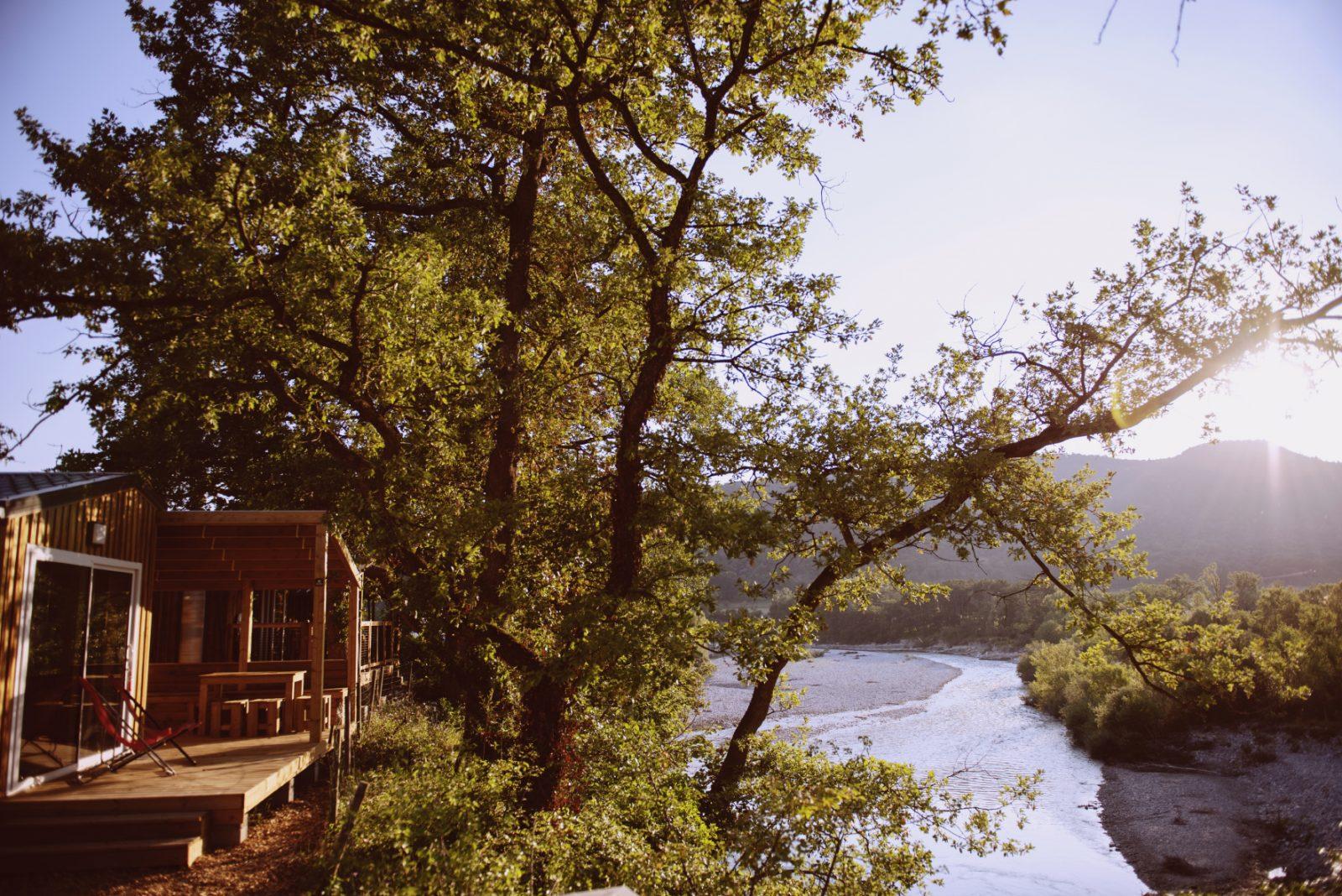 Les Chamberts-Camping et Lodges-Vue depuis le chalet mimosa sur la rivière drôme et les montagnes des 3 becs
